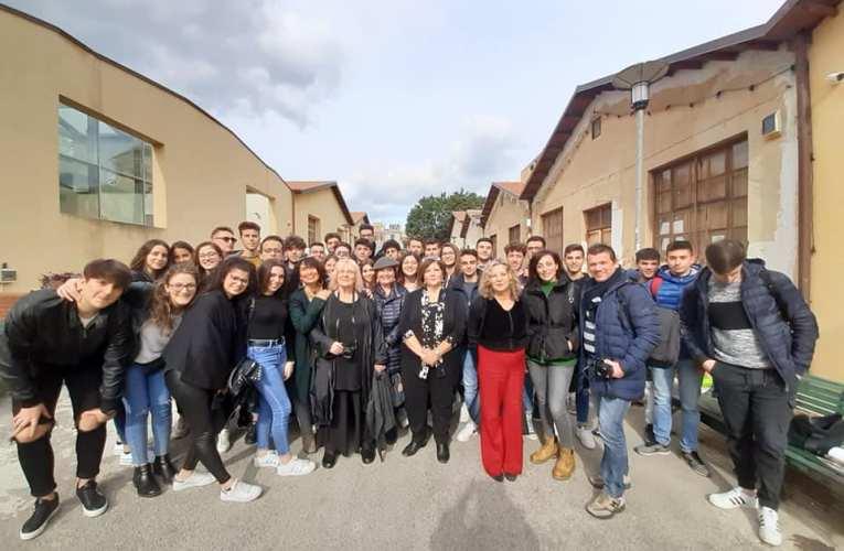 Gli studenti del Torricelli, incontrano a Palermo la fotografa Letizia Battaglia.