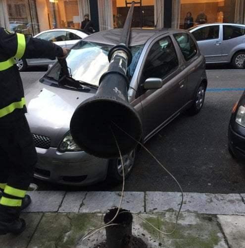 Vento a Palermo, in via Crescenzio un palo della luce finisce sulle auto| VIDEO