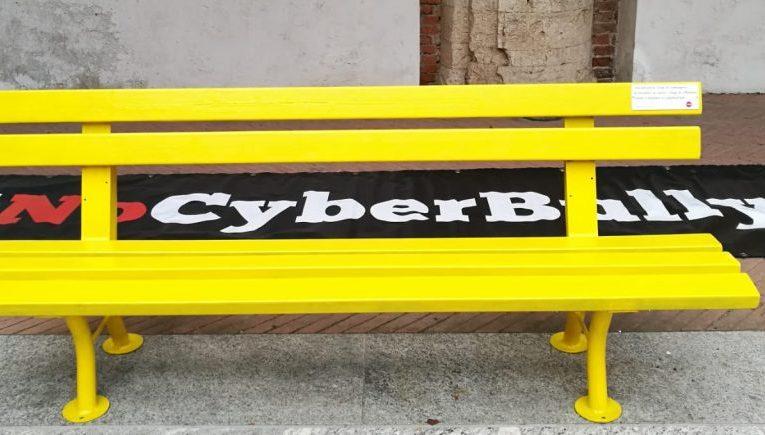 Panchine gialle, simbolo contro il cyber bullismo. Oggi al Parco della Salute la posa della prima