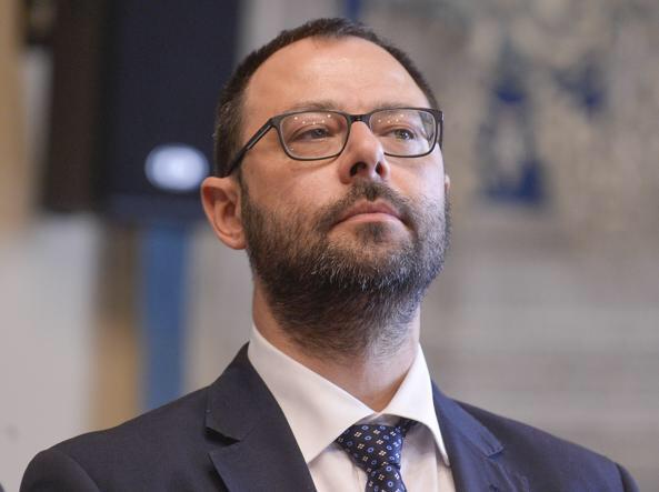 """Patuanelli: """"Fino a 25 mila euro prestito garanzia al 100%"""""""