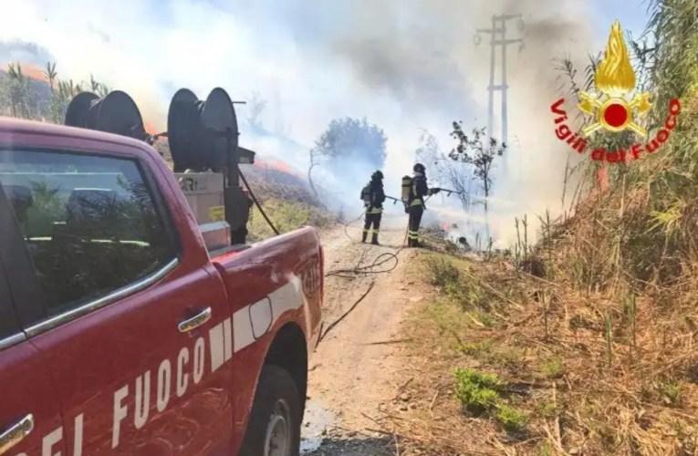 Autoarticolato e deposito agricolo in fiamme a Giammoro