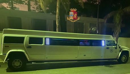 Covid: festeggiano compleanno in 8 in una Limousine, multati
