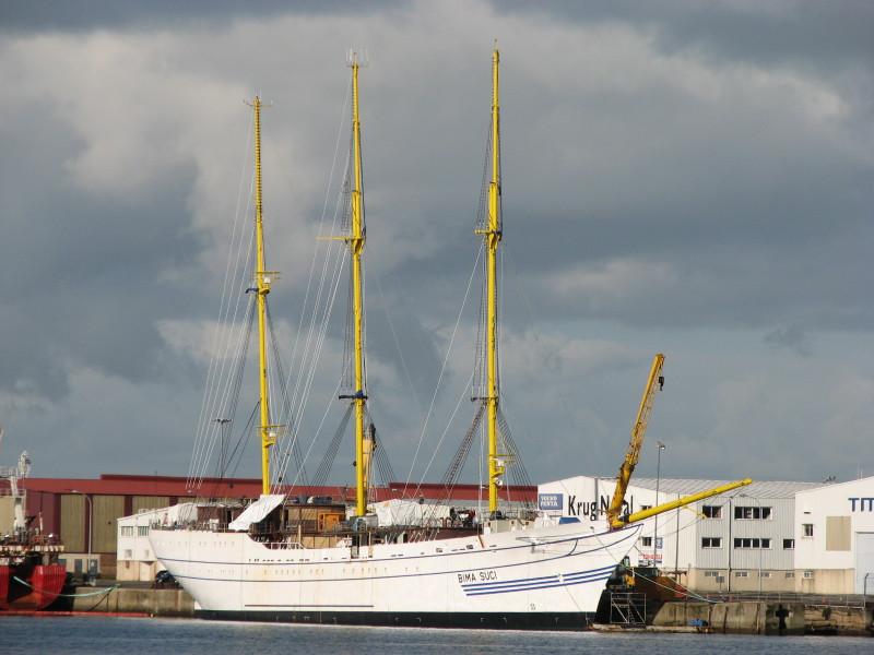 Indonesian sailing vessel arrives at Sri Lanka port on a goodwill mission
