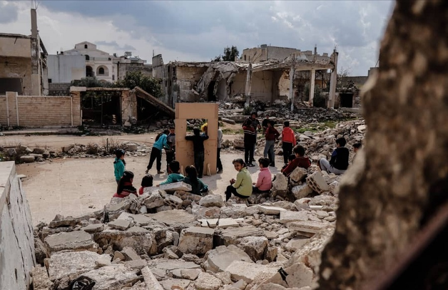 مسرح الدمى في ريف إدلب وسط الدمار