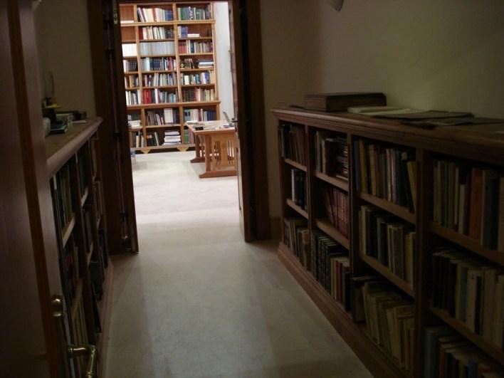 كتب_ومخطوطات_نادرة_تضمها_المكتبة.jpg