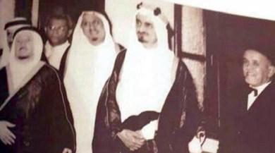 من الصور المتداولة للقاضي تظهره بجوار العاهل السعودي الراحل الملك فيصل بن عبدالعزيز (مواقع التواصل الاجتماعي)