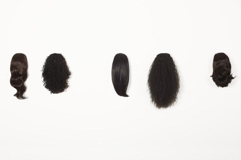 Elyse Galiano, De corps et d'esprit, serie di nove teste, capelli naturali, cemento, 40x250x8cm, 2017