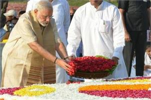 PM pays floral tributes