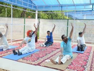 Mukhtar Abbas Naqvi participates with performing Yoga