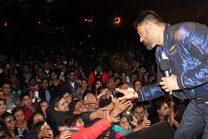 For Web-Hindi film star returns- Sunil Shetty reaches out to his fans in Auckland