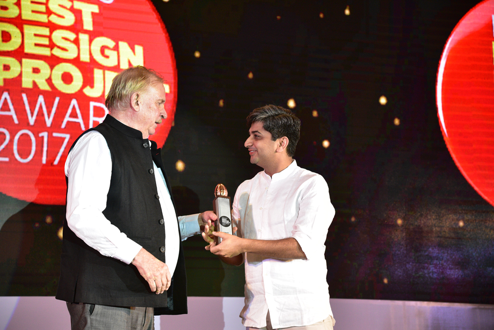 Anagram Architects receiving 'India's Best Design Project 2017' Award from Christopher Benninger