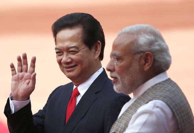 Vietnam's Prime Minister Nguyen Tan Dung (L) waves next to his Indian counterpart Narendra Modi during Dung's ceremonial reception at the forecourt of India's presidential palace Rashtrapati Bhavan in New Delhi October 28, 2014. REUTERS/Adnan Abidi (INDIA - Tags: POLITICS) - RTR4BTX1