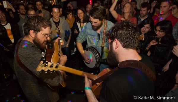 Bear's Den joue dans la foule © Katie M. Simmons