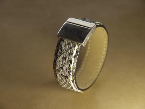 Bracelet en cuir de boa tanné en blanc. Fermeture avec un plaquage argent.
