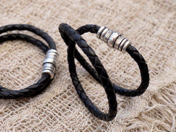 Bracelet tressé, double tour. En cuir de zébu avec un fermoir aimanté, plaqué en argent, commandé par le célèbre photographe Fabrice Delannoy.