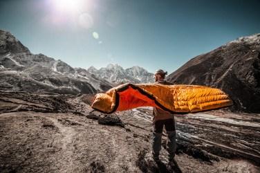 Un sacco a pelo adatto alla temperatura che troverete sia che dormiate in rifugio che in bivacco o in tenda