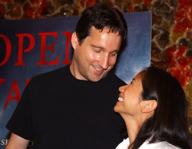 Us Film Directro and Writer Chris Kentis (l) and His Wife Laura Lau (r) Pose For Pictures As Kentis Presents His Latest Film 'Open Water' Tuesday 10 August 2004 in Madrid Spain Spain MadridSpain - Presentation of Film Open Water - Aug 2004