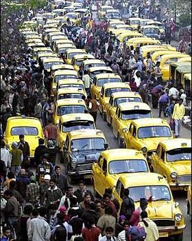Presto i guidatori indiani potranno schiantarsi serenamente, un esercito di ambulanze veglierà su di loro