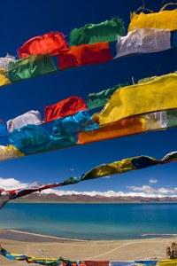 Bandire di preghiera tibetane sul lago Manasarovar in Tibet.