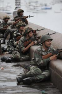 Soldati indiani appostati di fronte all'Hotel Taj Mahal