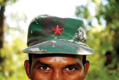 India: telefoni cellulari gratis ai capivillaggio per denunciare i guerriglieri Maoisti-Naxaliti