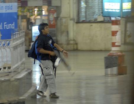 Uno degli attentatori di Mumbai, fotografato alla stazione Victoria Terminus