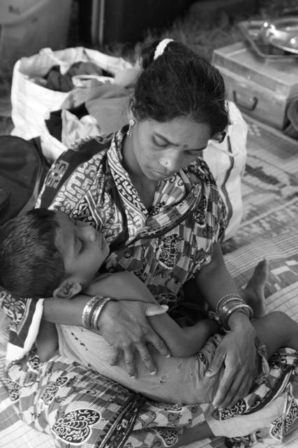 Madre e figlio cristiani, nel campo profughi di Bhubaneswar