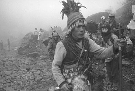 Sciamani duellanti tra le sacre montagne dell'Himalaya