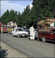 Un popolo in fuga dai Taliban sul fronte di guerra del Pakistan
