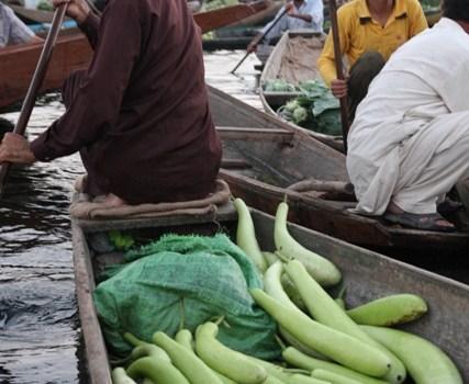 Immagini dal Kashmir: il mercato galleggiante di Srinagar.
