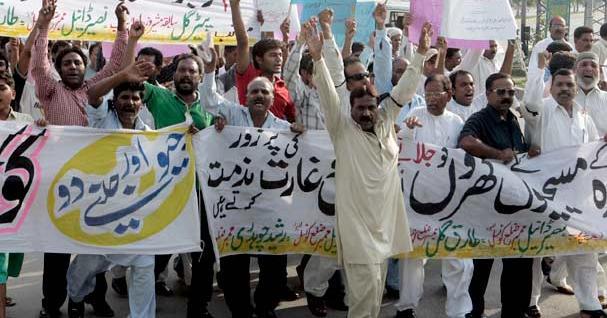 Pakistan: attacchi dei musulmani contro i cristiani in Punjab. Otto persone arse vive e 50 abitazioni rase al suolo. Un episodio di blasfemia all'origine delle violenze