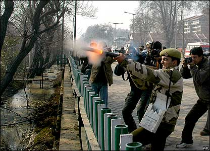 Attacco a Srinagar, torna la guerriglia nel Kashmir indiano. Kamikaze nel Kashmir pakistano
