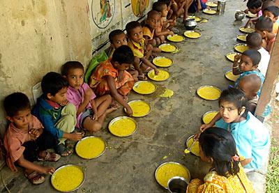 India: 100 milioni di poveri in più. Parte la roulette dei sussidi alimentari