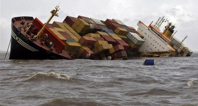 Marea nera sulle coste di Mumbai. Nave container perde tonnellate di petrolio.
