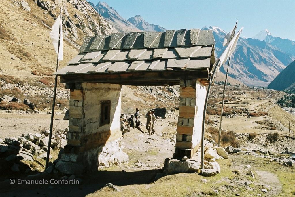 Elementi protettivi all'ingresso del villaggio. Chitkul
