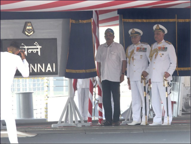9-_hon_ble_rm_sh_manohar_parrikar_unveiling_the_ship_s_plaque