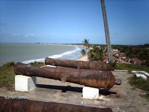 Canhões históricos na aldeia Forte