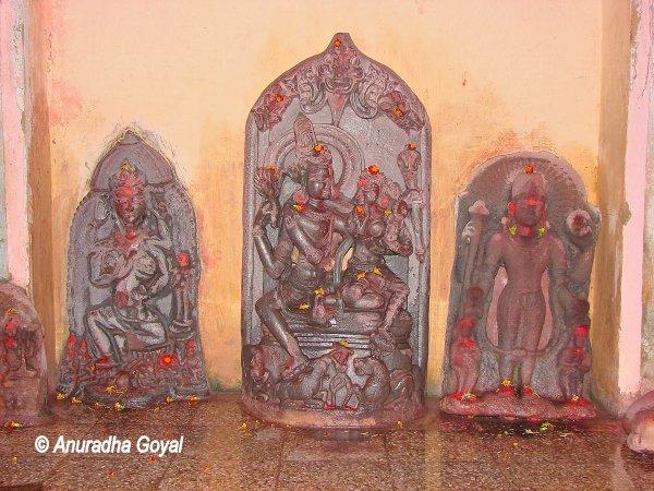 बावन पोखर मंफिर में प्राचीन प्रतिमाएं