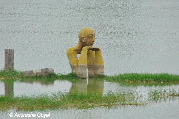 झील के बीच आधुनिक शिल्प कला