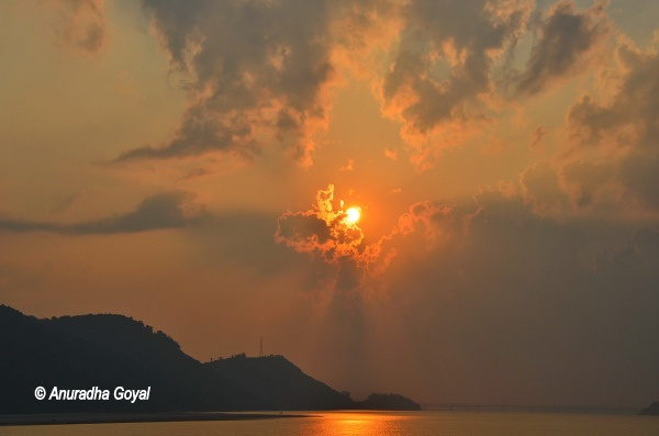 असम की ब्रह्मपुत्र नदी पर मनोरम सूर्यास्त