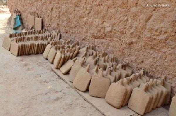 ढोकरा कलाकृतियों को गढ़ने के लिए मिटटी के सांचे