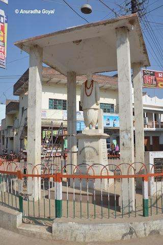 रामनगर के चौराहे पर शास्त्री जी की मूर्ति