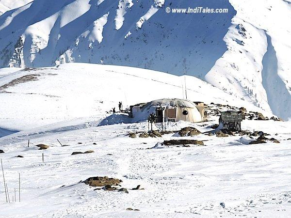 हिम खण्डों से घिरा सैनिक शिविर