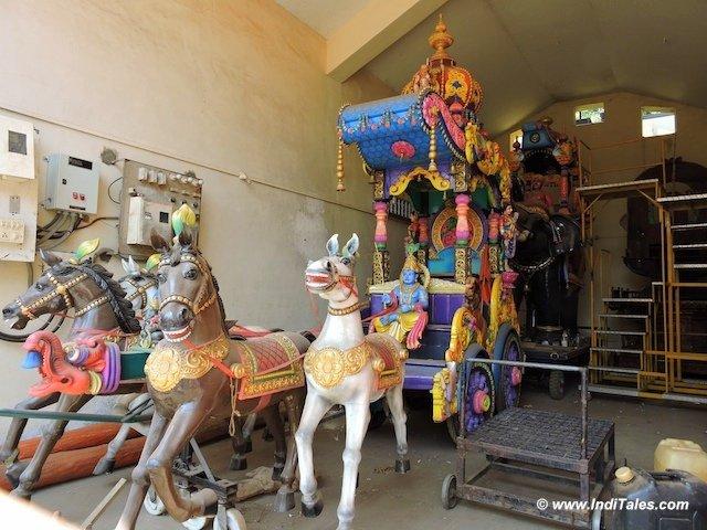 श्री महालक्ष्मी मंदिर की सुसज्जित पालकियां