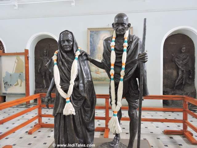 महात्मा गाँधी और कस्तूरबा की प्रतिमा - आगा खान भवन - पुणे