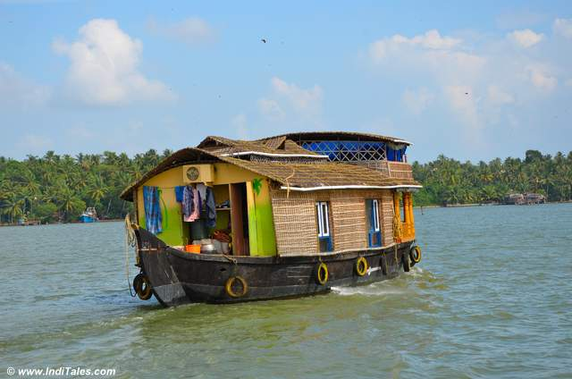 पर्यटक हाउसबोट - अष्टमुडी झील