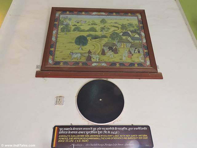 हर चित्र के बाहर मूषकों की रेखा - करणी माता मंदिर बीकानेर