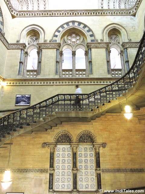 घुमावदार सीढियां और नक्काशीदार दीवारें