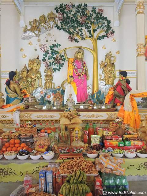 माया देवी का बुद्ध को जनम देना - महायान बौद्ध मंदिर में यह दृश्य
