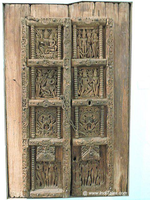 लकड़ी का नक्काशीदार द्वार